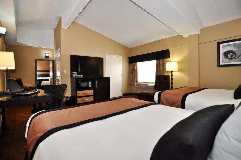 https://www.hotelsbyday.com/_data/default-hotel_image/0/1114/31049-015-guestroom.jpg