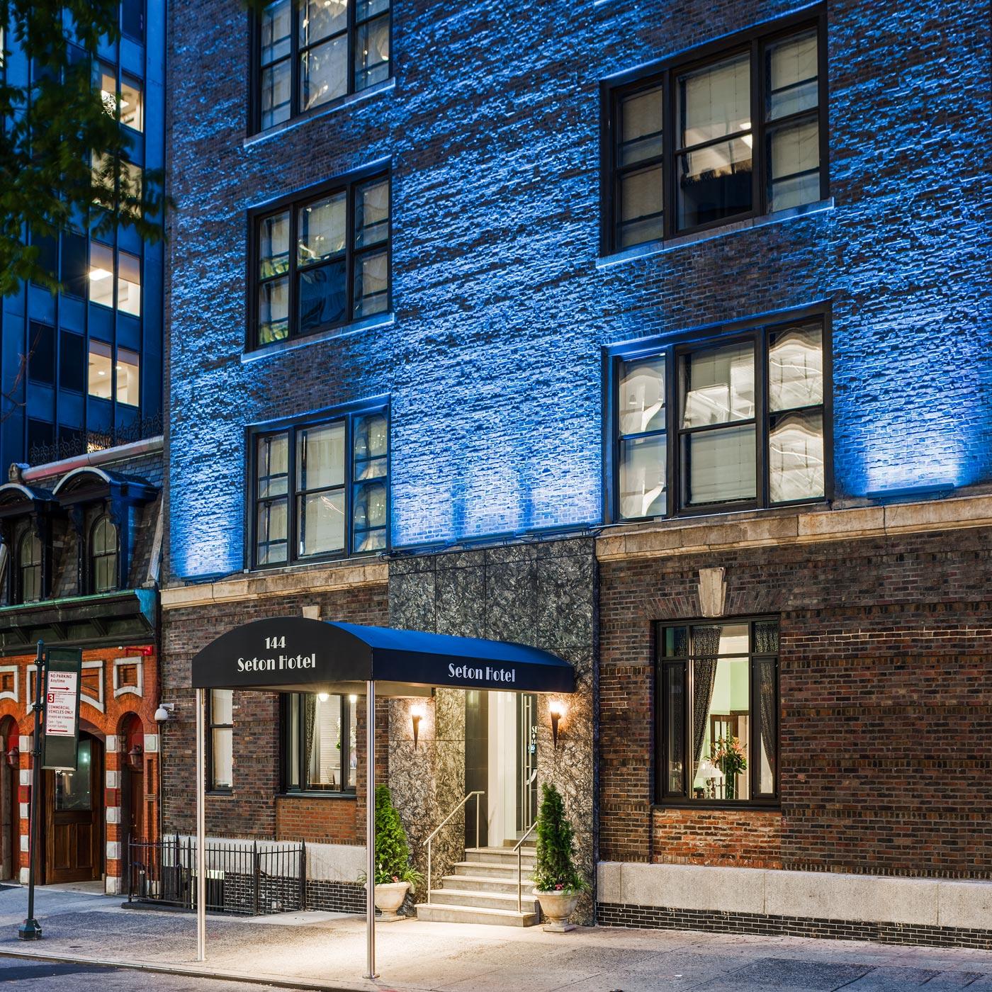 https://www.hotelsbyday.com/_data/default-hotel_image/0/13/seton-hotel-facade-night.jpg