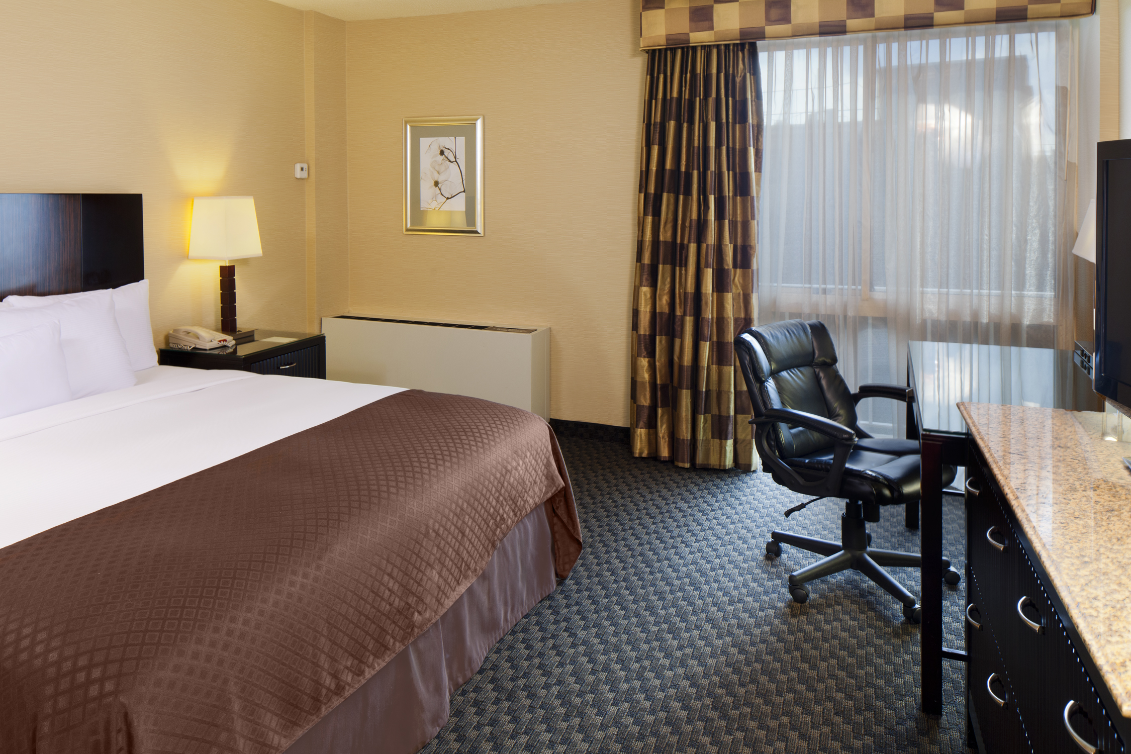 https://www.hotelsbyday.com/_data/default-hotel_image/0/2514/radisson-jfk-king-guestroom.jpg