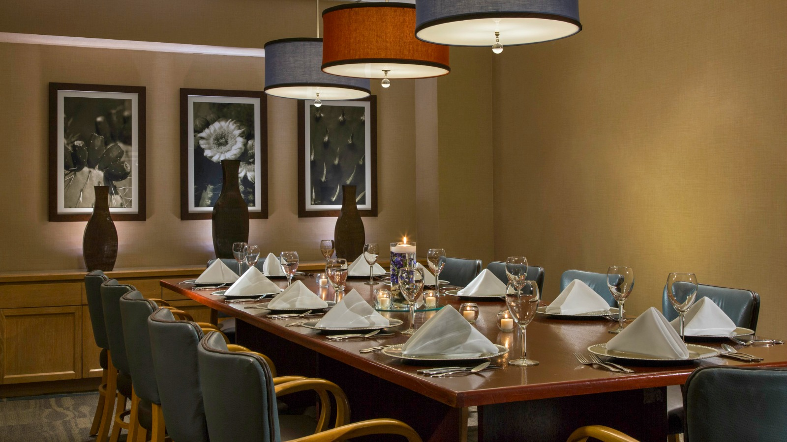 https://www.hotelsbyday.com/_data/default-hotel_image/0/2640/cimarron-private-dining.jpg