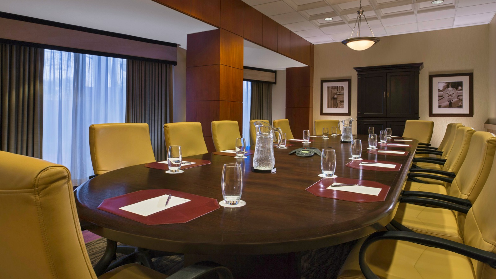 https://www.hotelsbyday.com/_data/default-hotel_image/0/2641/executive-boardroom.jpg