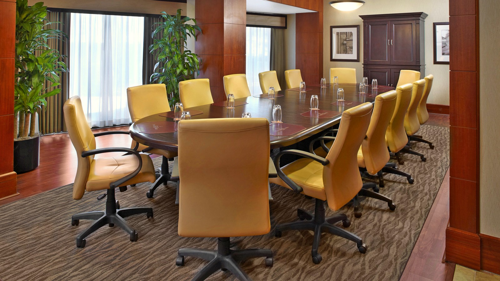 https://www.hotelsbyday.com/_data/default-hotel_image/0/2646/sheratonhoustonbrookhollowhotelboardroom.jpg