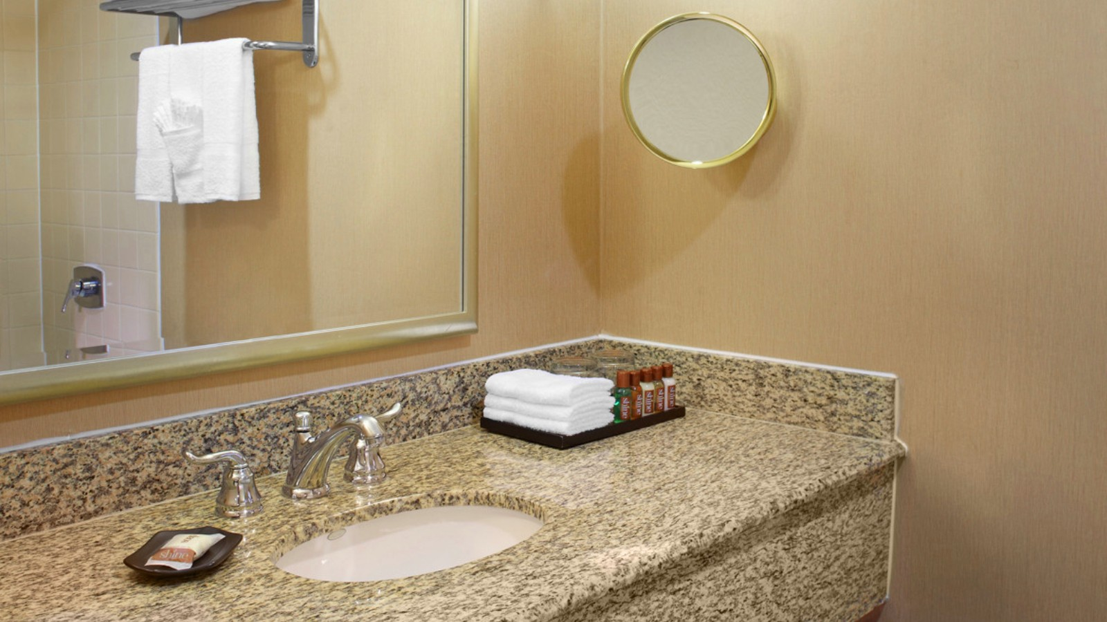https://www.hotelsbyday.com/_data/default-hotel_image/0/2651/sheratonhoustonbrookhollowhotelkingguestroombathroom.jpg