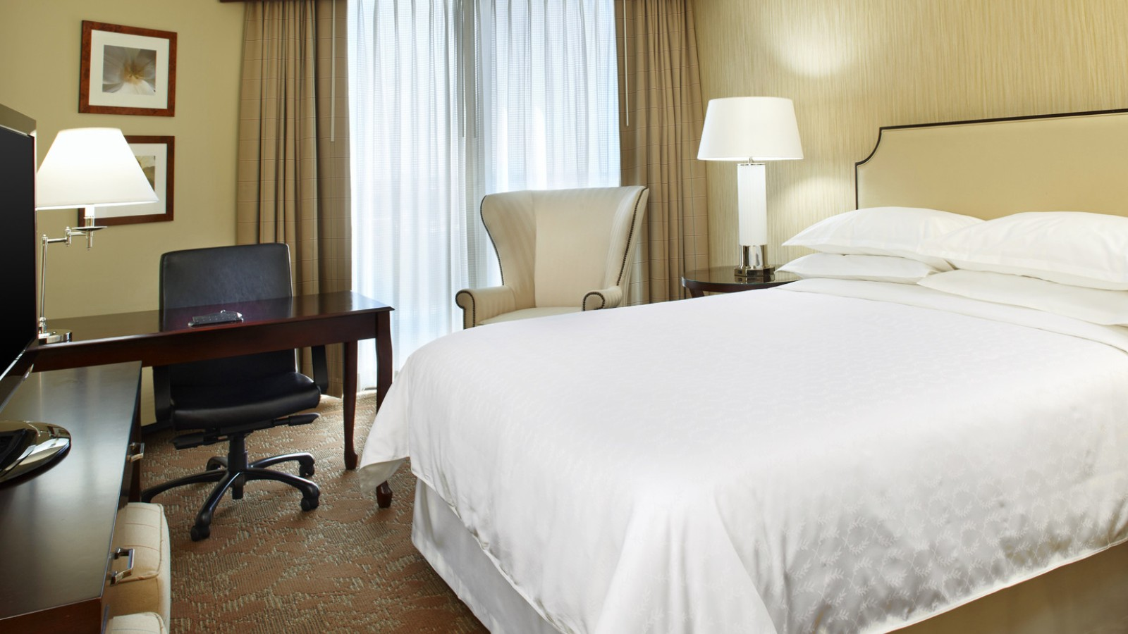 https://www.hotelsbyday.com/_data/default-hotel_image/0/2654/sheratonhoustonbrookhollowhotelqueenguestroom.jpg