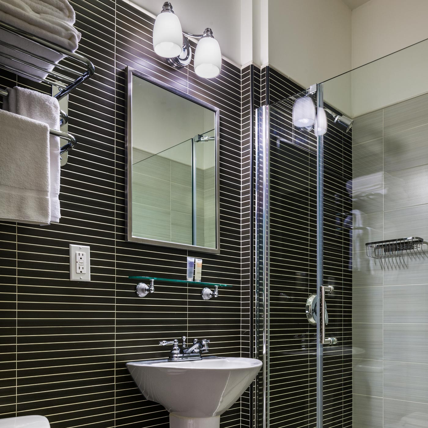 https://www.hotelsbyday.com/_data/default-hotel_image/0/313/seton-hotel-private-bath-black.jpg