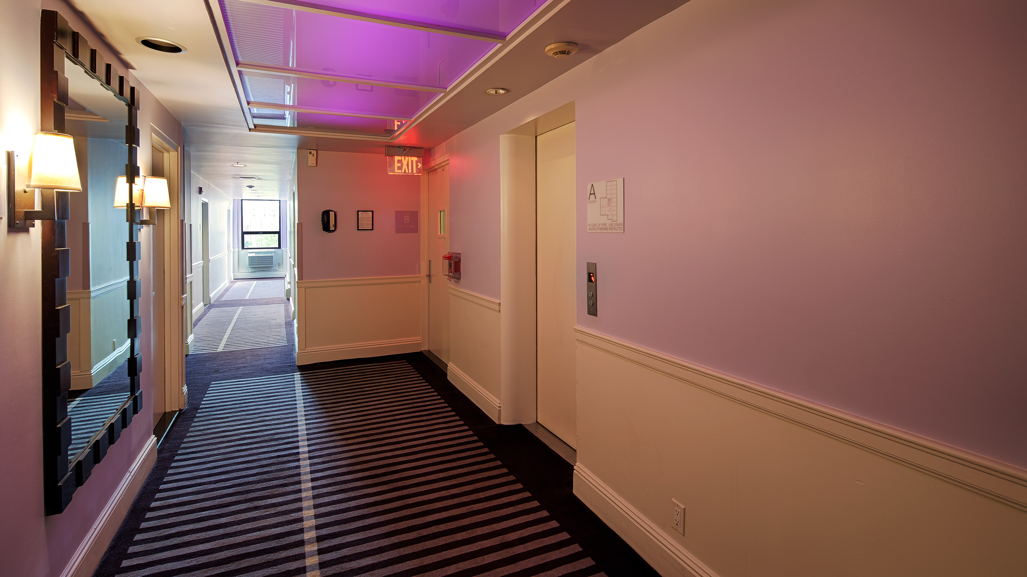https://www.hotelsbyday.com/_data/default-hotel_image/0/4202/hallway.jpg