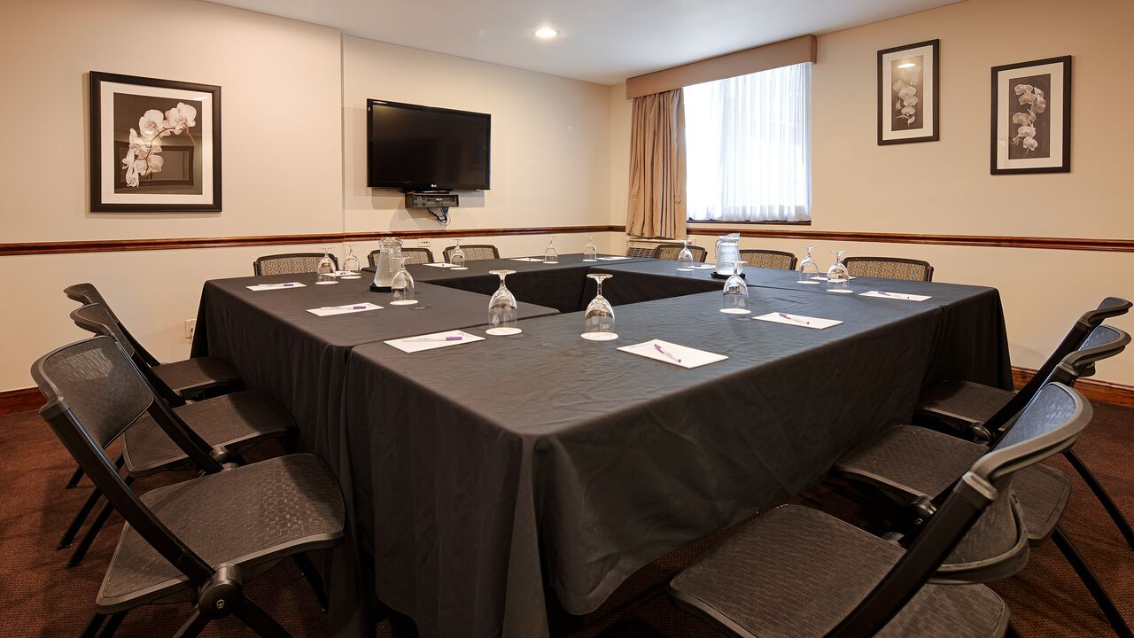 https://www.hotelsbyday.com/_data/default-hotel_image/0/4207/meeting-room-2015.jpg