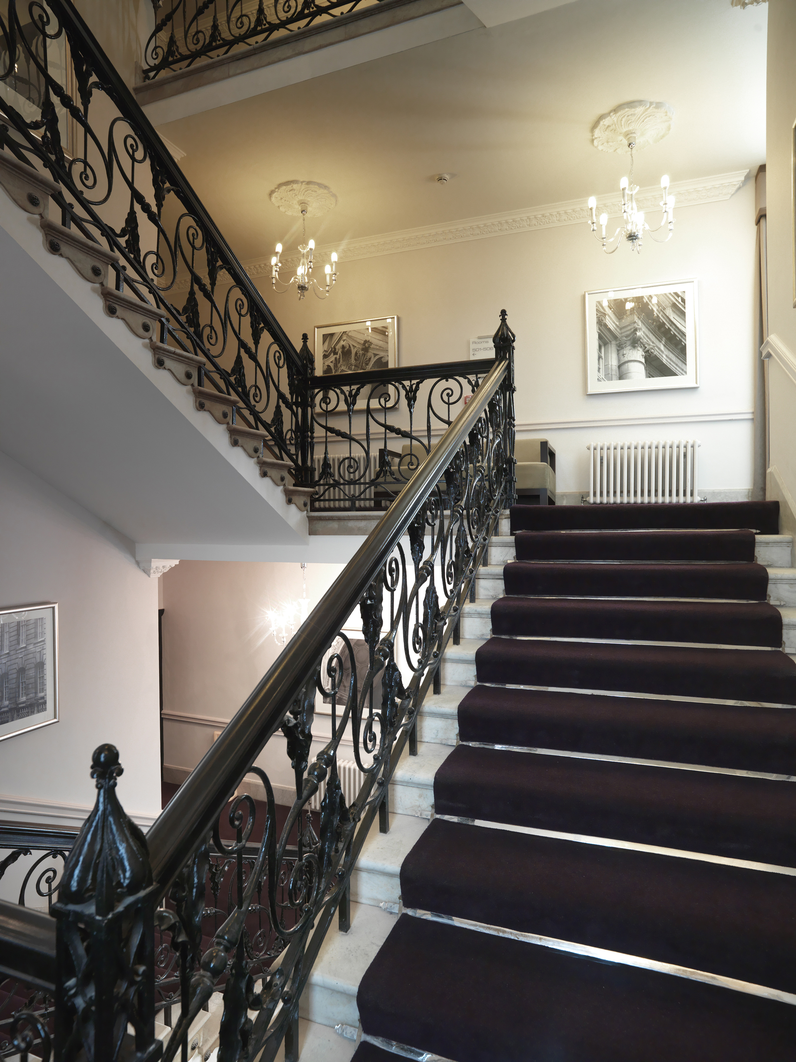 https://www.hotelsbyday.com/_data/default-hotel_image/0/4290/hi-h0bkr-27087778-thistle-london-hotel-lobby-detail.jpg