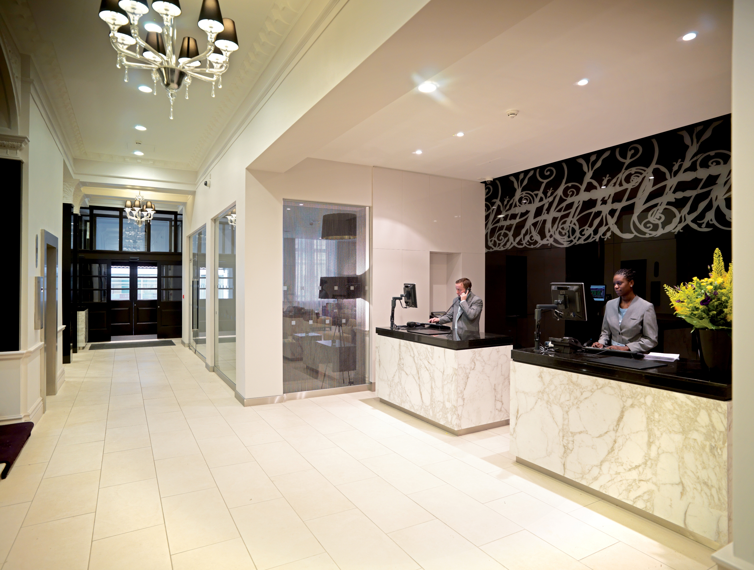 https://www.hotelsbyday.com/_data/default-hotel_image/0/4291/hi-h0bkr-27087782-thistle-london-kg-hotel-reception48.jpg