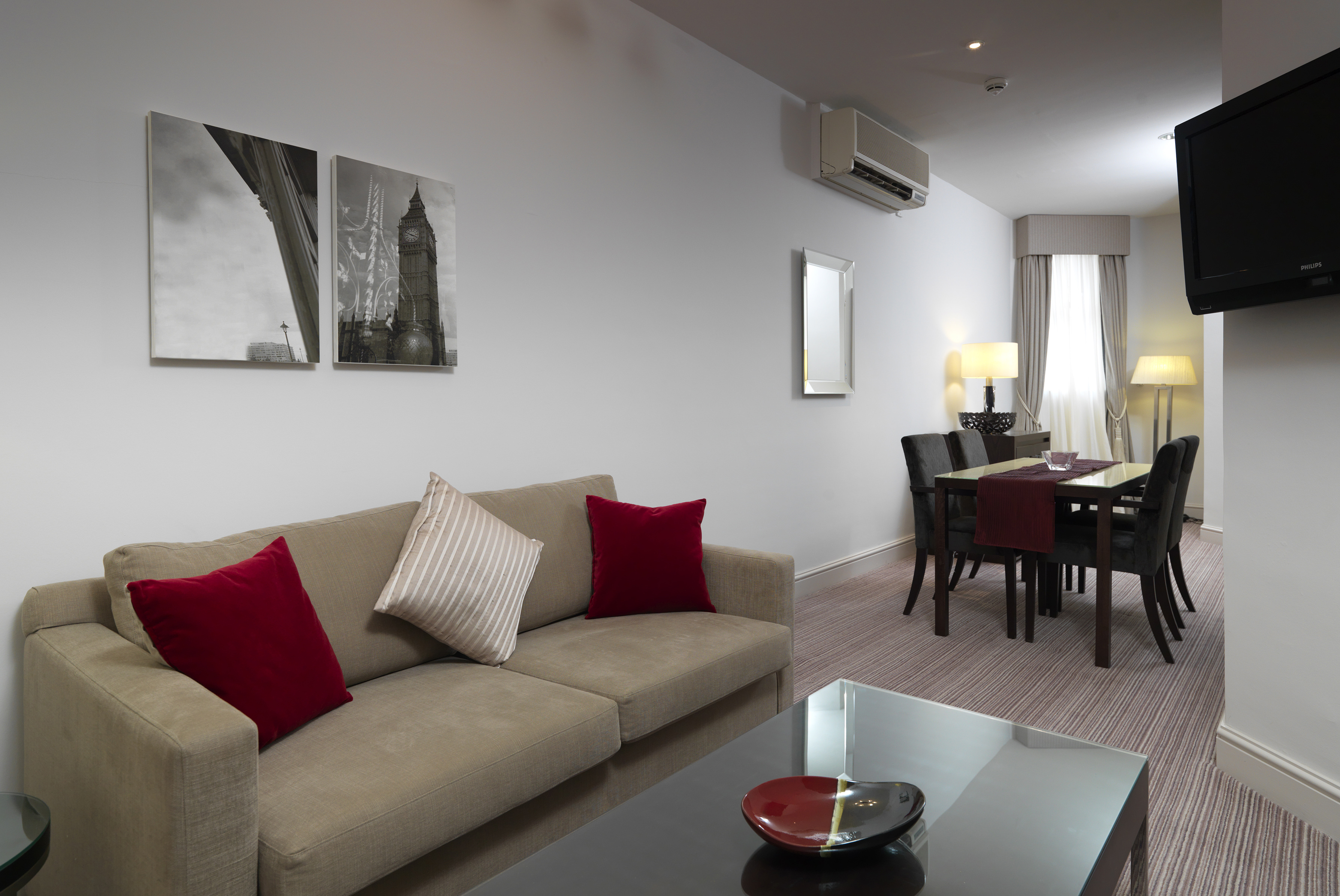 https://www.hotelsbyday.com/_data/default-hotel_image/0/4293/hi-h0bkr-27087790-thistle-london-hotel-bedrooms-junior-suite-lounge.jpg