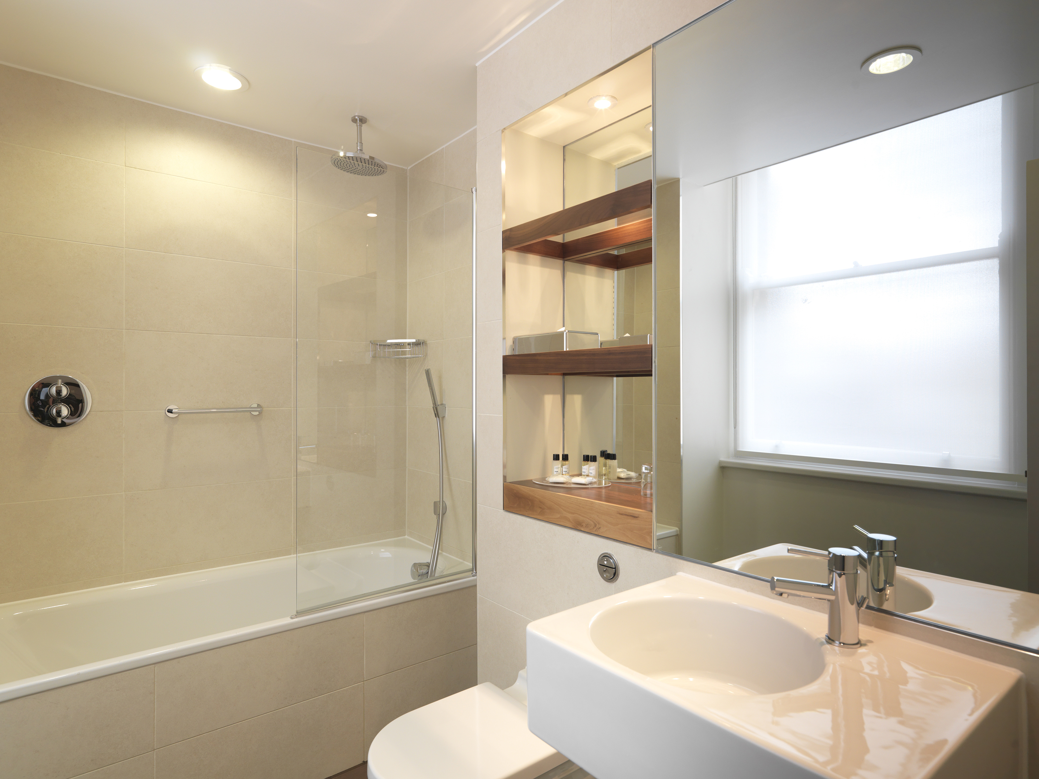 https://www.hotelsbyday.com/_data/default-hotel_image/0/4294/hi-h0bkr-27087798-thistle-london-hotel-bedrooms-executive-double-shower.jpg