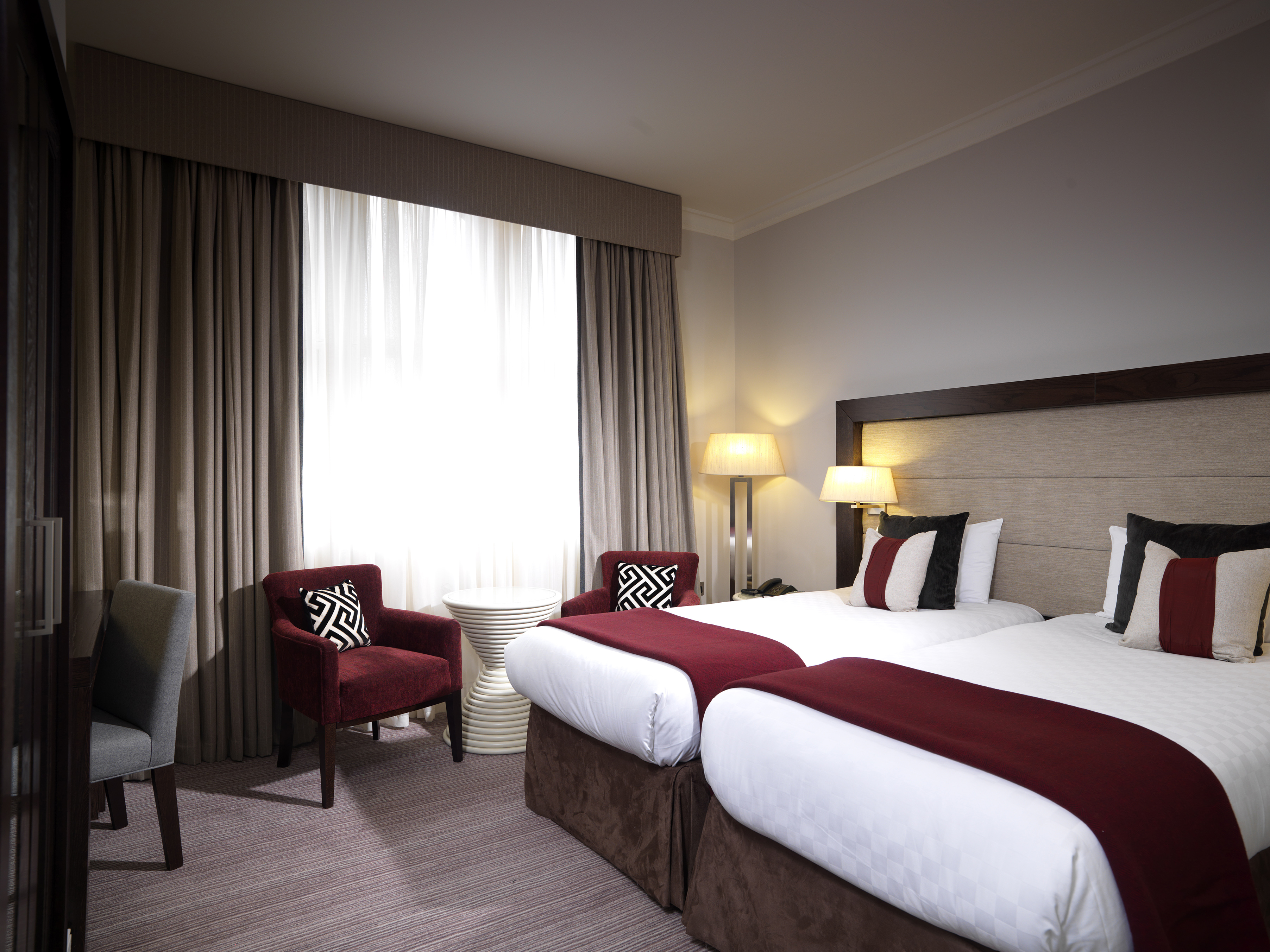 https://www.hotelsbyday.com/_data/default-hotel_image/0/4295/hi-h0bkr-27087802-thistle-london-hotel-bedrooms-deluxe-twin.jpg