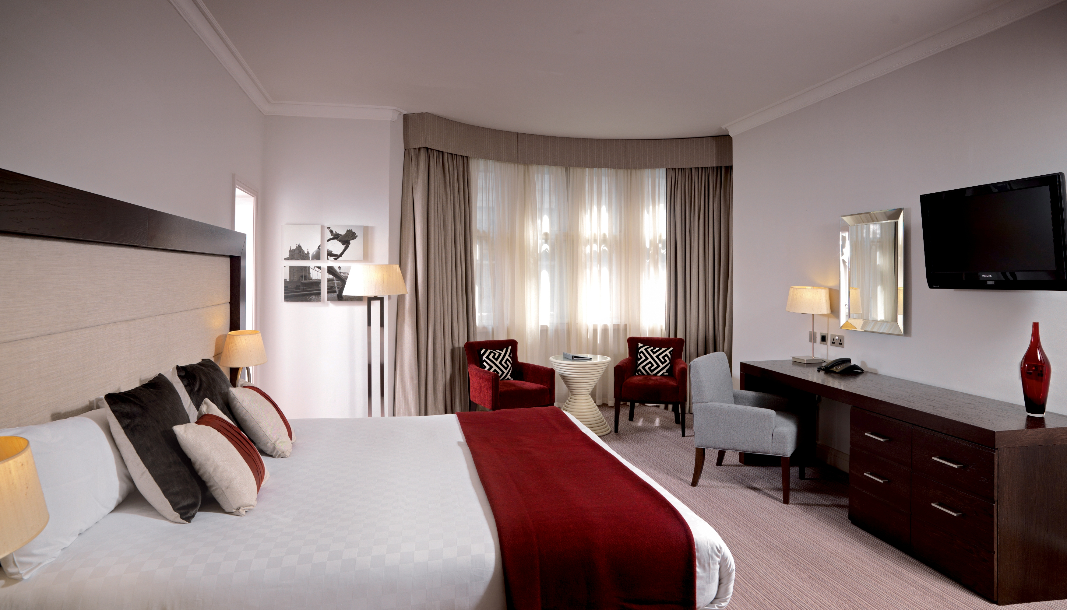 https://www.hotelsbyday.com/_data/default-hotel_image/0/4296/hi-h0bkr-27087806-thistle-london-kg-hotel-bedrooms-executive-king.jpg