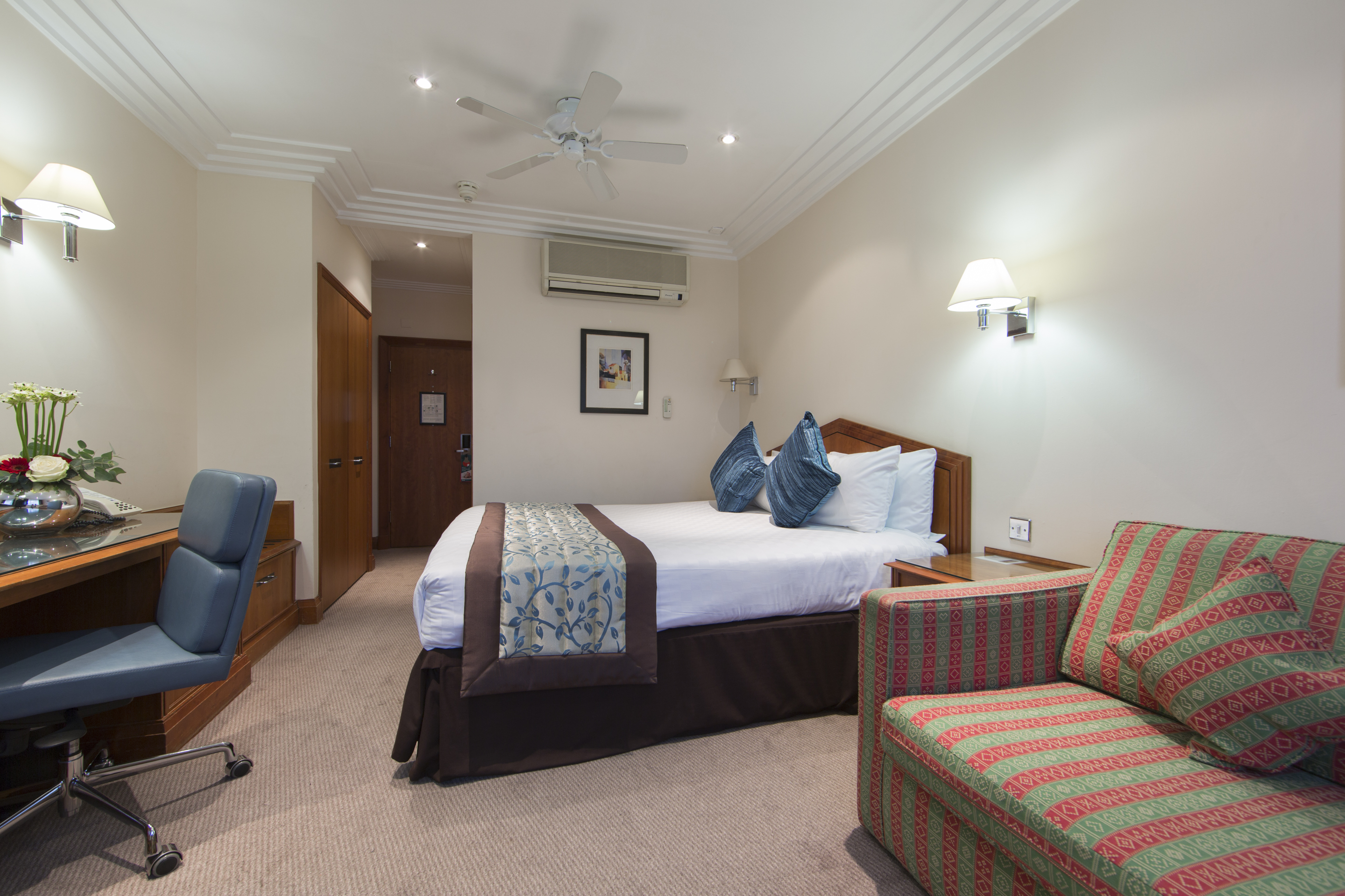 https://www.hotelsbyday.com/_data/default-hotel_image/0/4365/premium-king-room.jpg