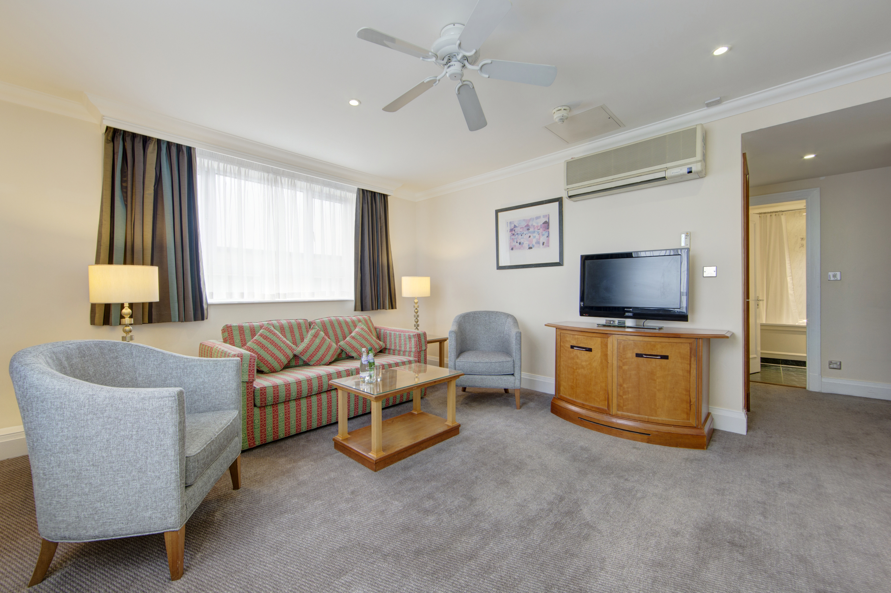 https://www.hotelsbyday.com/_data/default-hotel_image/0/4367/family-room-lounge.jpg