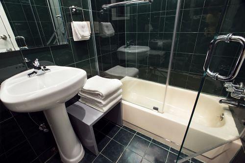 https://www.hotelsbyday.com/_data/default-hotel_image/0/443/8721980-3-y.jpg