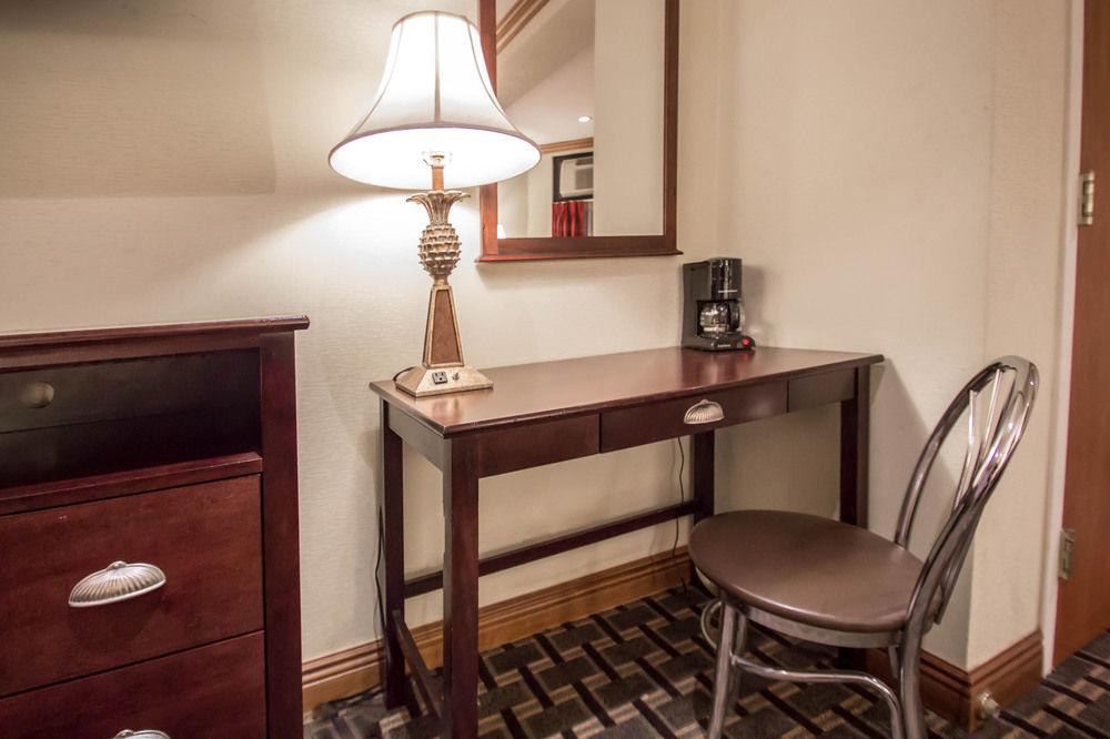 https://www.hotelsbyday.com/_data/default-hotel_image/0/4614/7920-59-z.jpg