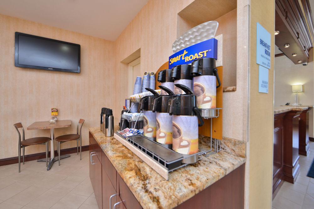 https://www.hotelsbyday.com/_data/default-hotel_image/0/4645/80961-196-z.jpg