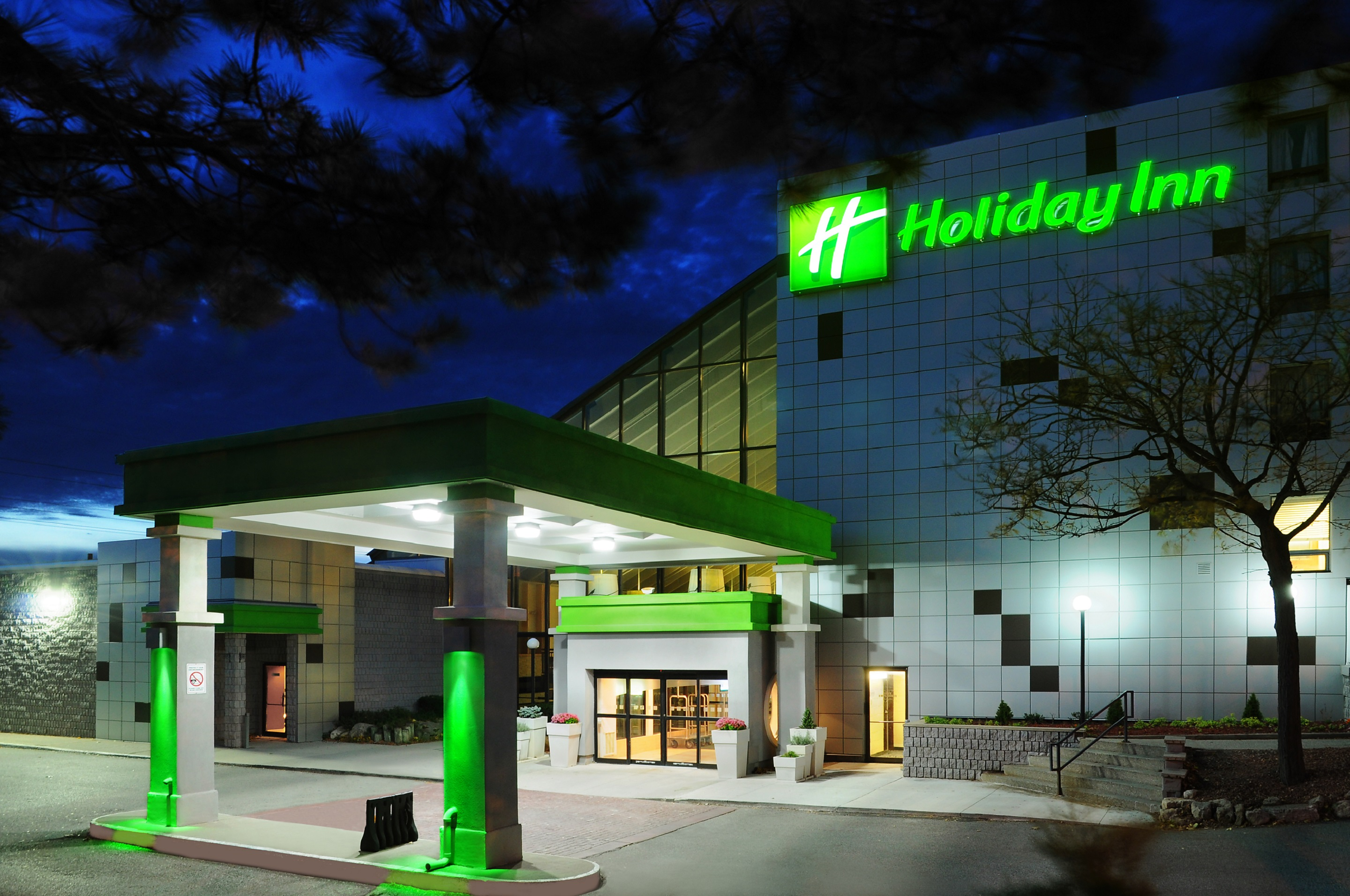 https://www.hotelsbyday.com/_data/default-hotel_image/0/4736/02-exterior-night-3.jpg