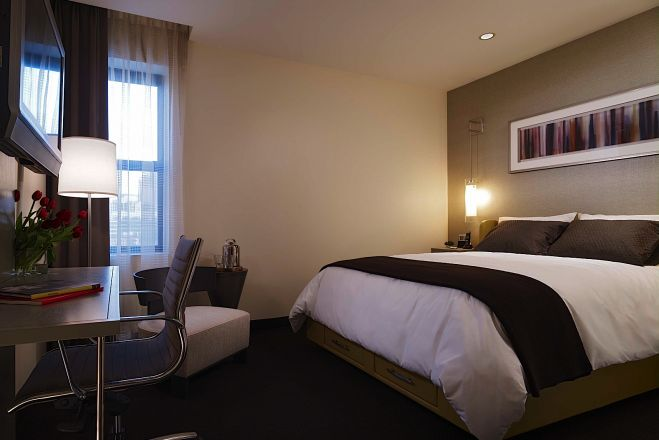 https://www.hotelsbyday.com/_data/default-hotel_image/0/69/hotel-felix-chicago-double-room-5_659x440_auto.jpg