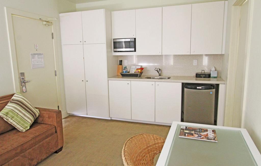 https://www.hotelsbyday.com/_data/default-hotel_image/0/695/suitekitch-jpg-1024x0.jpg