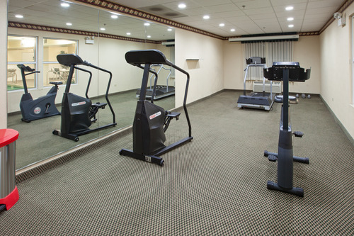 https://www.hotelsbyday.com/_data/default-hotel_image/0/80/country-inn-and-suites-chicago-gym.jpg