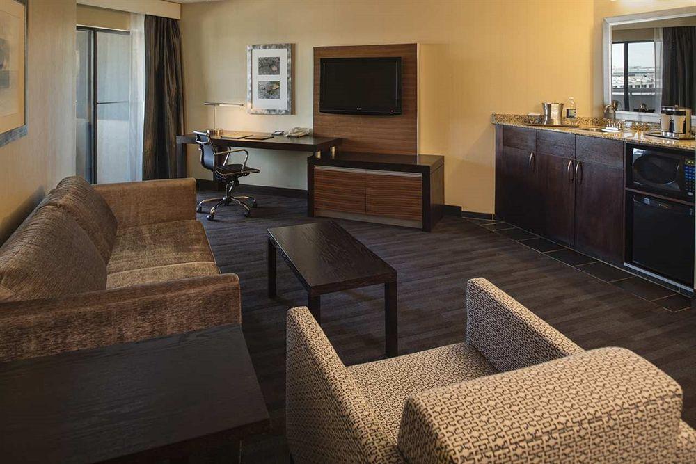 https://www.hotelsbyday.com/_data/default-hotel_image/1/5127/hilt-8.jpg
