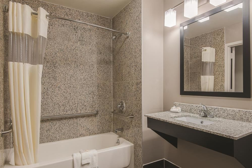https://www.hotelsbyday.com/_data/default-hotel_image/1/5274/la-quinta-inn-and-suites-5.jpg