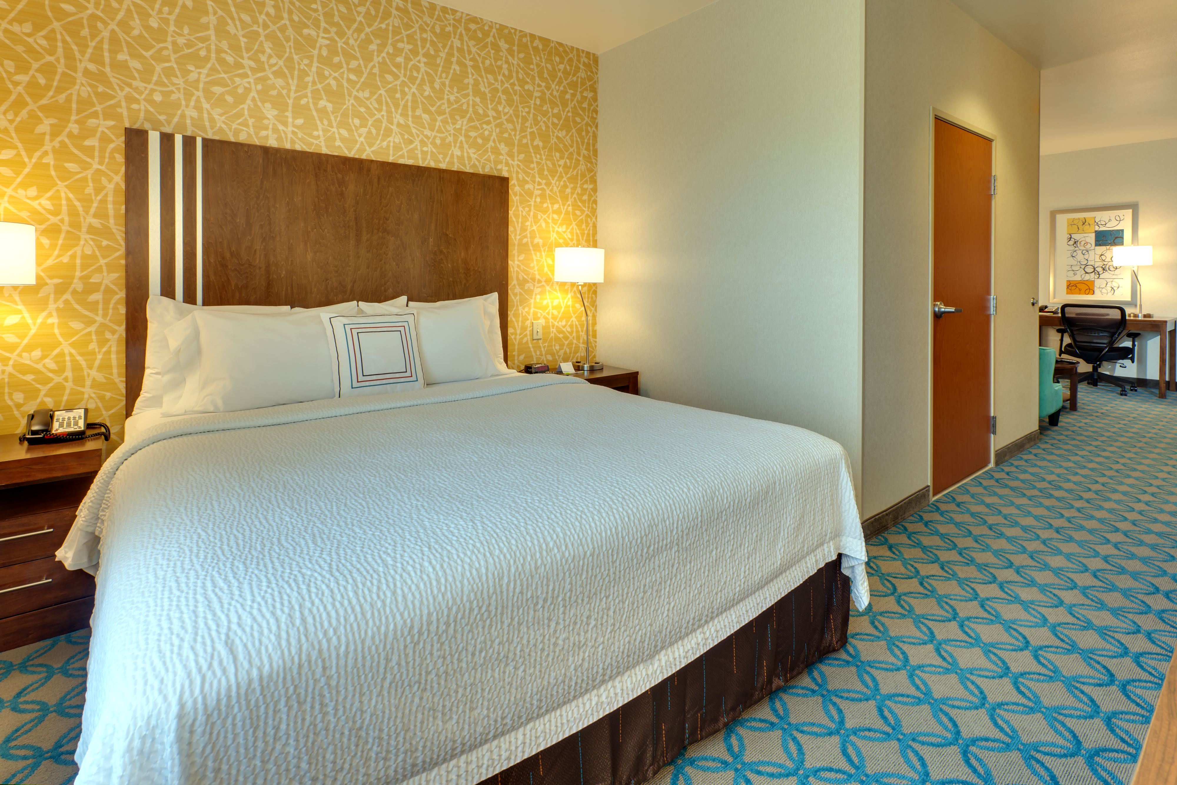 https://www.hotelsbyday.com/_data/default-hotel_image/1/6273/sfome-standard-room-king-sleeping-area.jpg