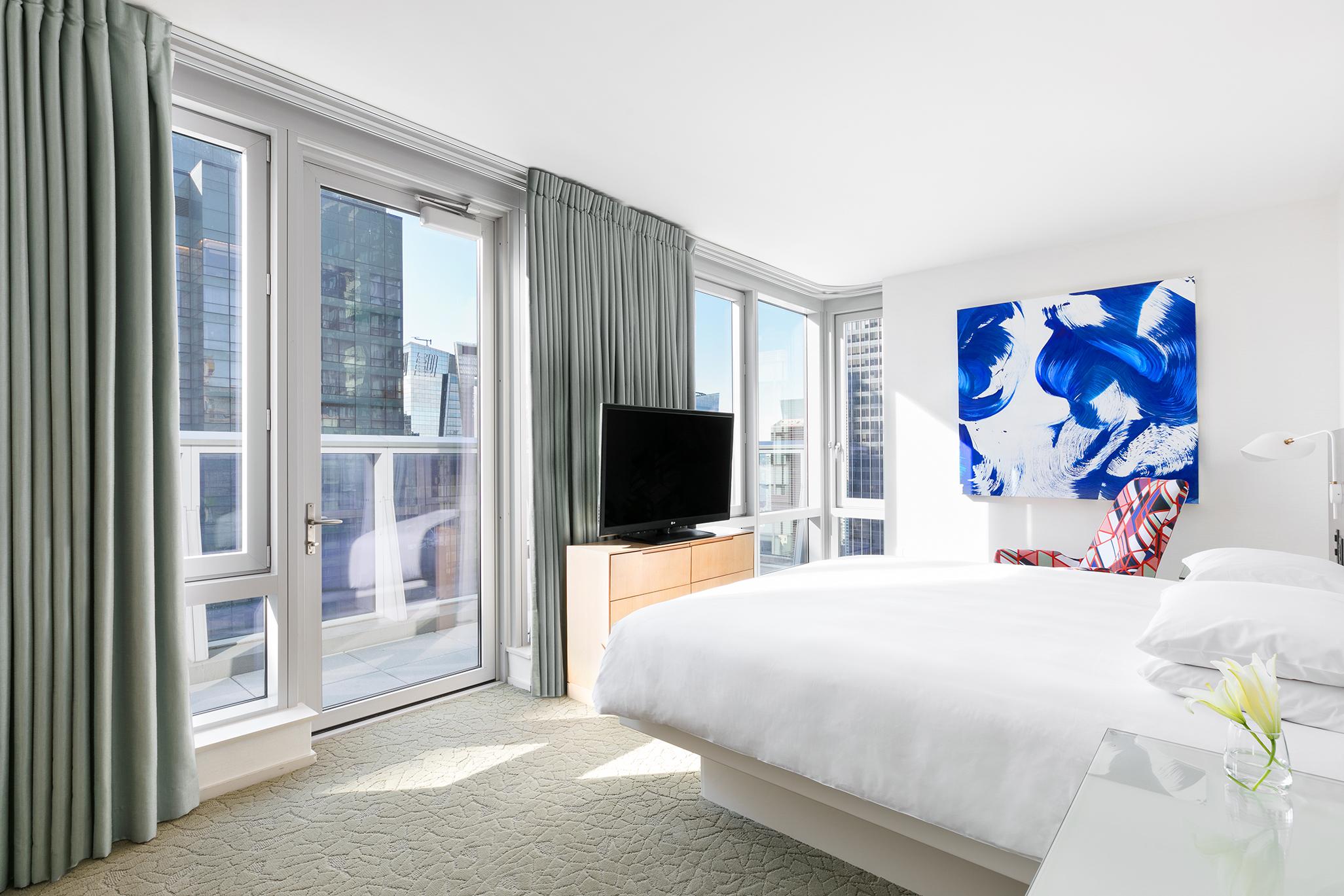 https://www.hotelsbyday.com/_data/default-hotel_image/1/7046/premier-suite-bedroom-lores.jpg