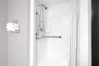 https://www.hotelsbyday.com/_data/default-hotel_image/1/7263/08269-accessible-shower-1.jpg
