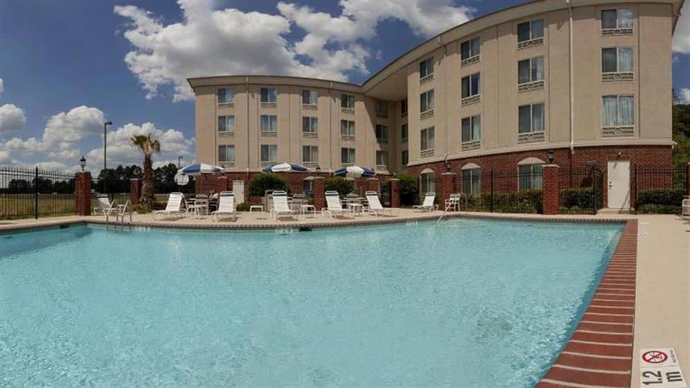 https://www.hotelsbyday.com/_data/default-hotel_image/1/7355/977293-129-z-2.jpg