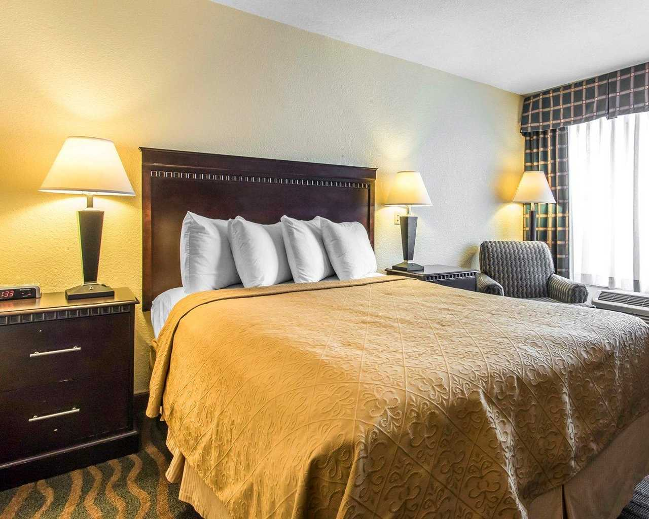 https://www.hotelsbyday.com/_data/default-hotel_image/1/7503/standardroomsbedroom1.jpg