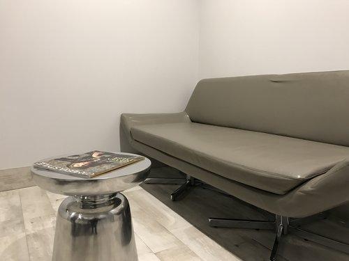 https://www.hotelsbyday.com/_data/default-hotel_image/1/7624/sofa.jpg