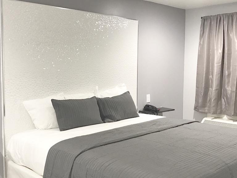 https://www.hotelsbyday.com/_data/default-hotel_image/1/7626/king-bed.jpeg