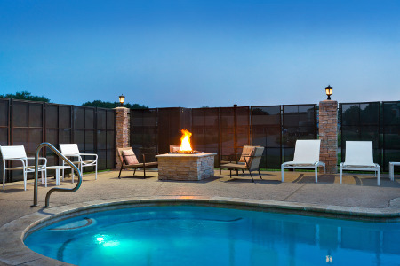https://www.hotelsbyday.com/_data/default-hotel_image/1/7645/firepit.jpg