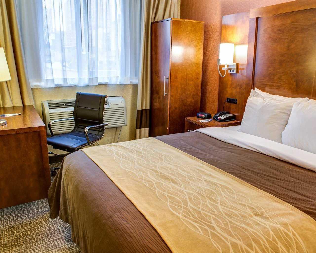 https://www.hotelsbyday.com/_data/default-hotel_image/1/7801/standardroomsbedroom5.jpg