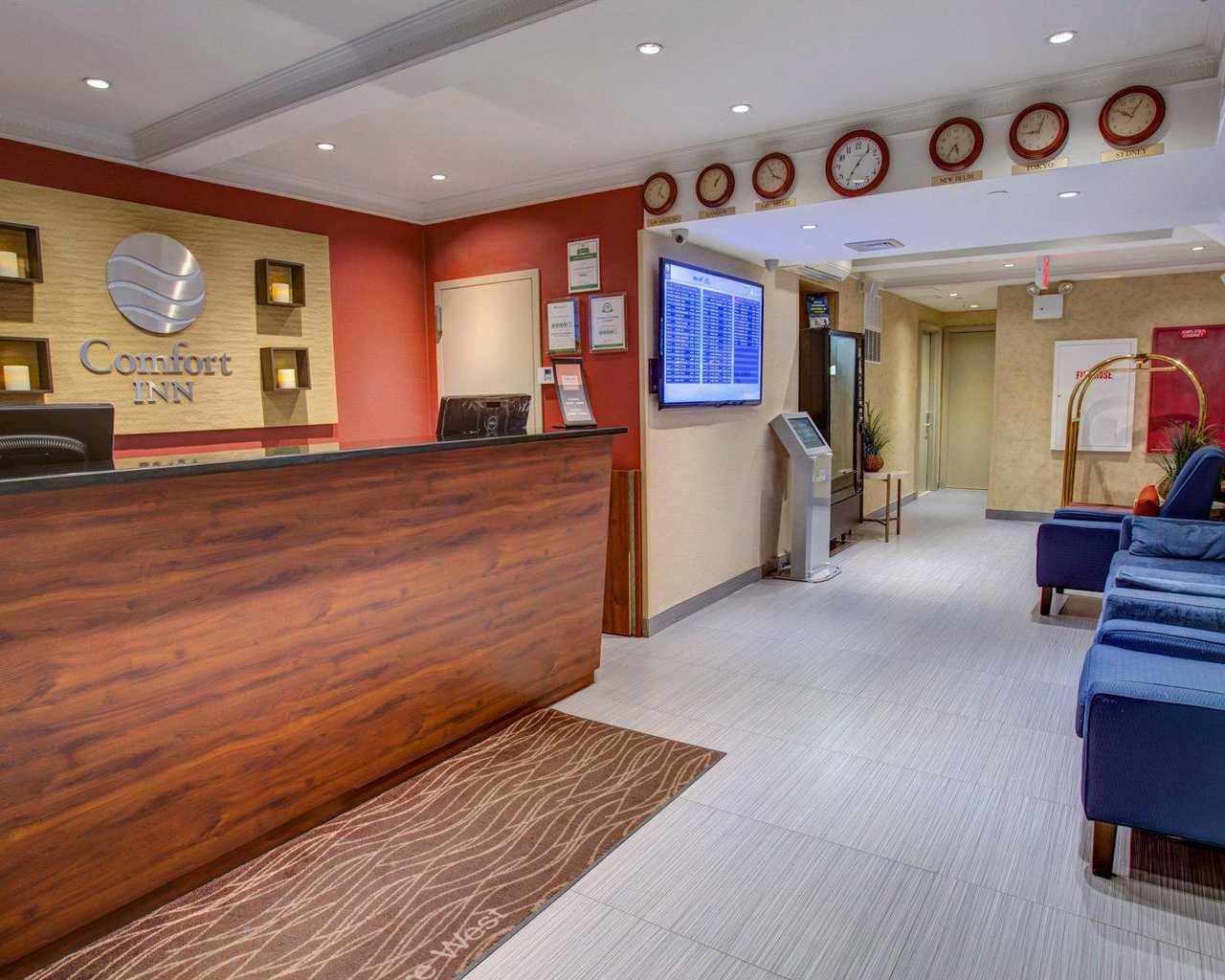 https://www.hotelsbyday.com/_data/default-hotel_image/1/7802/lobbyinterior1.jpg