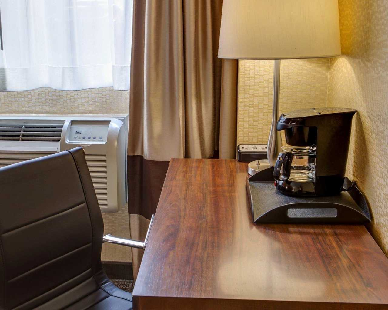 https://www.hotelsbyday.com/_data/default-hotel_image/1/7804/standardroomsbedroom9.jpg