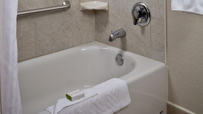 https://www.hotelsbyday.com/_data/default-hotel_image/1/8002/dt-adabathtub-11-677x380-fittoboxsmalldimension-lowercenter.jpg