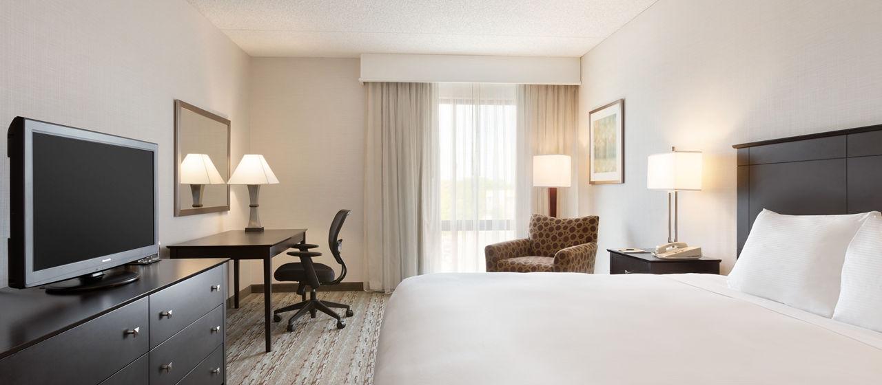https://www.hotelsbyday.com/_data/default-hotel_image/1/8039/dt-kingroom01-6-1280x560-fittoboxsmalldimension-center.jpg