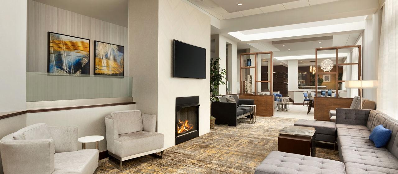 https://www.hotelsbyday.com/_data/default-hotel_image/1/8042/dt-lobby01-4-1280x560-fittoboxsmalldimension-center.jpg