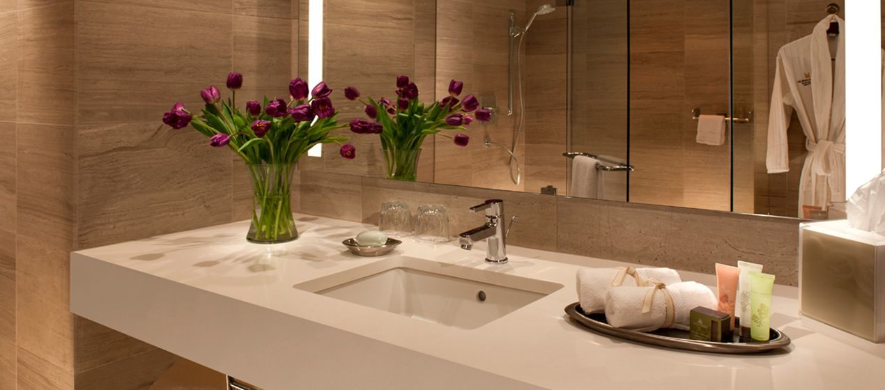 https://www.hotelsbyday.com/_data/default-hotel_image/1/8106/hh-bathroom01-9-1270x560-fittoboxsmalldimension-center.jpg
