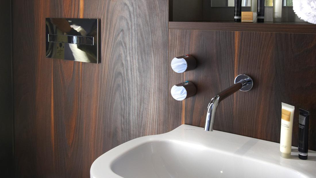 https://www.hotelsbyday.com/_data/default-hotel_image/1/8148/gatwick-wetroom-bloc-hotels-530.jpg