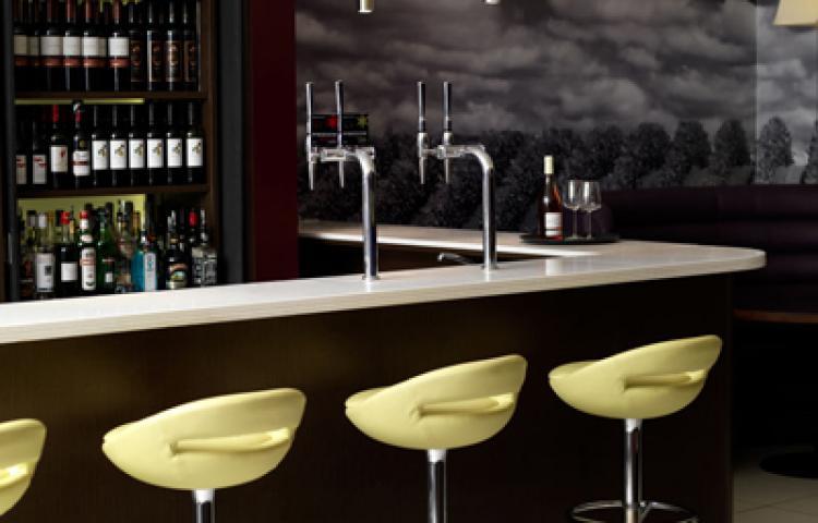 https://www.hotelsbyday.com/_data/default-hotel_image/1/8157/hotel-indigo-london-bar.jpg