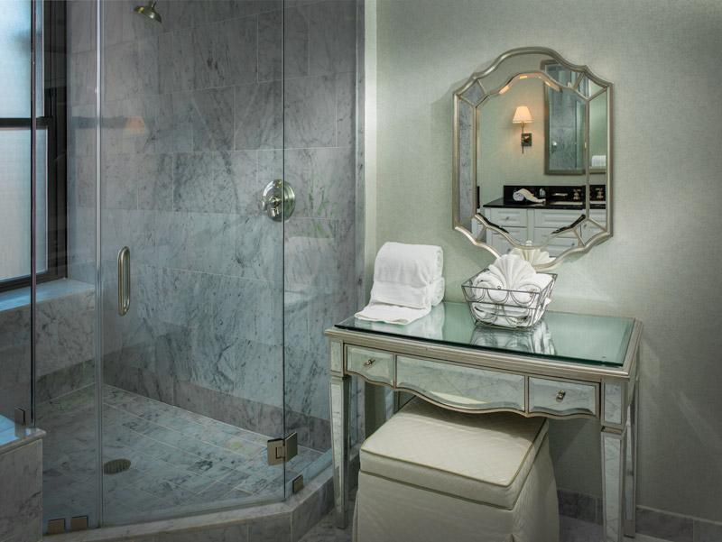 https://www.hotelsbyday.com/_data/default-hotel_image/1/8795/room3-l.jpg