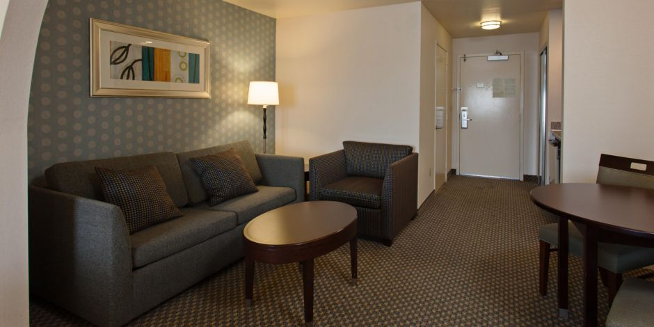 https://www.hotelsbyday.com/_data/default-hotel_image/1/8934/holiday-inn-express-and-suites-hermosa-beach-4020457582-2x1.jpeg