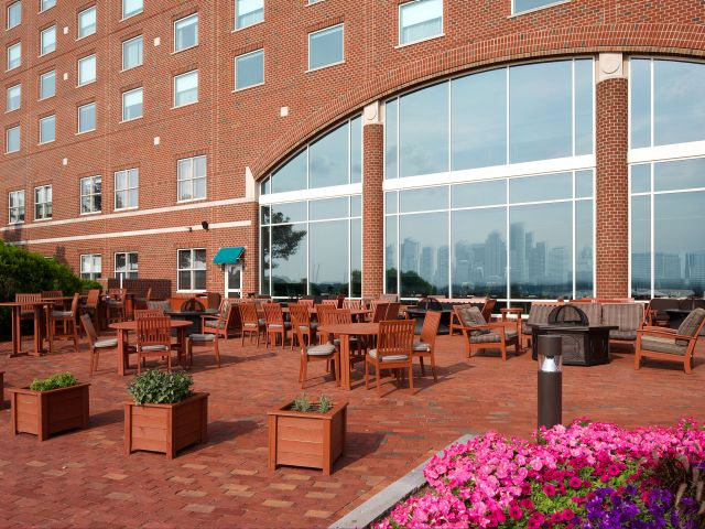 https://www.hotelsbyday.com/_data/default-hotel_image/1/8996/hyatt-regency-boston-harbor-p109-harborside-grill-patio-adapt-4x3-640-480.jpg