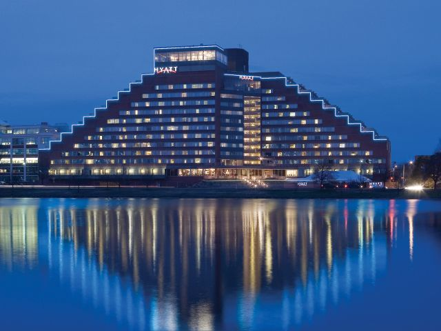 https://www.hotelsbyday.com/_data/default-hotel_image/1/9010/hyatt-regency-cambridge-overlooking-boston-p042-exterior-night-adapt-4x3-640-480.jpg