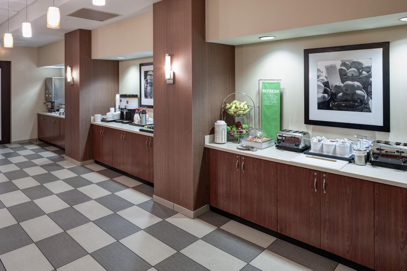 https://www.hotelsbyday.com/_data/default-hotel_image/1/9119/breakfast-buffet.jpg